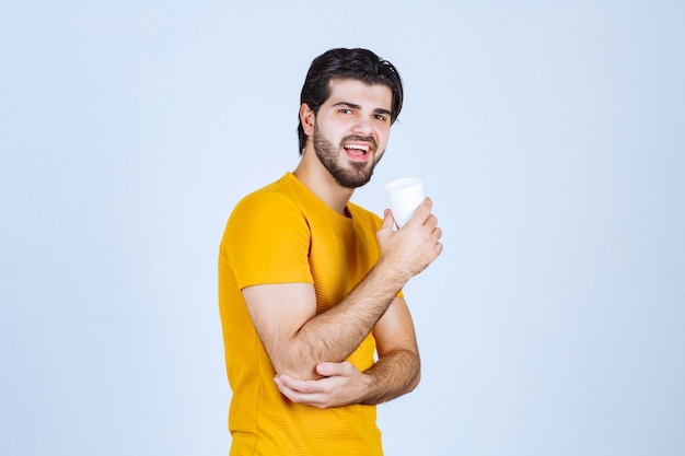 Profilansicht eines mannes, der kaffee trinkt.