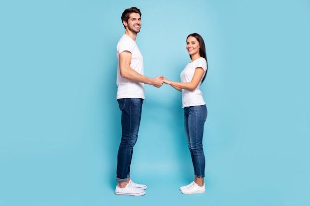 Profilansicht in voller länge von ehepartnern, die hände halten