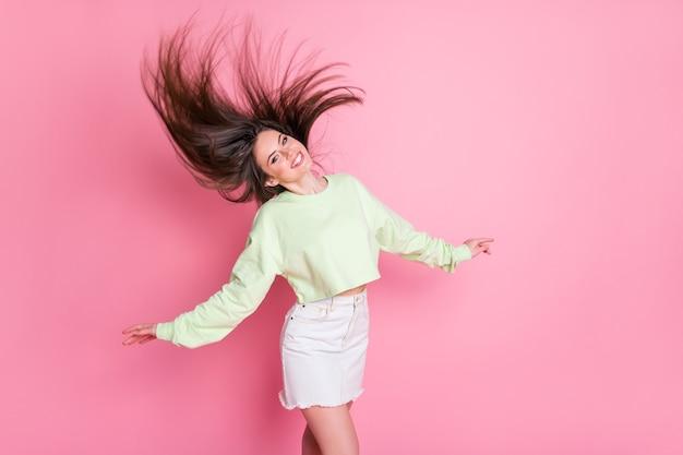 Profilfoto der attraktiven jungen dame tanzende studenten partyfrisur flug luftfreiheit konzept tragen lässigen crop pullover nackten bauch jeansrock isoliert rosa farbhintergrund