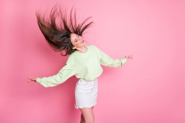 Profilfoto der attraktiven lustigen tausendjährigen dame tanzende studenten partyfrisur flug luftfreiheit tragen lässige erntepullover nackter bauch jeansrock isoliert rosa farbhintergrund