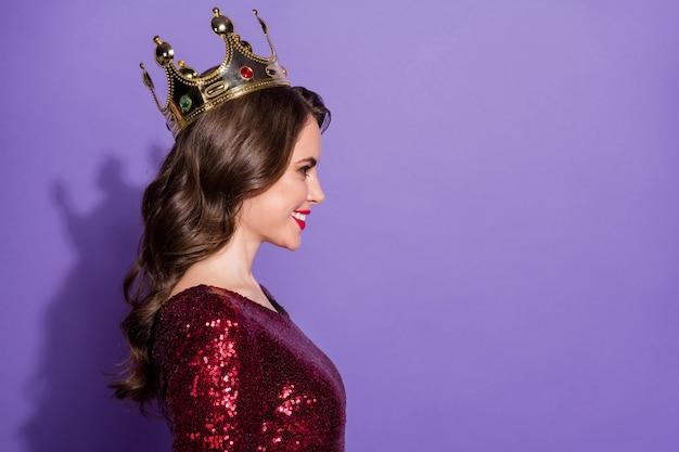 Profilfoto der hübschen lächelnden selbstbewussten dame goldene krone