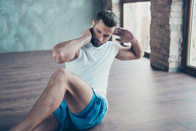 Profilfoto des machosportlers, der sit-ups tut, die boden sitzen, bestimmte person, die beine hebt, sportswear-tank-top-shorts turnschuhe, die hausfenster im haus trainieren
