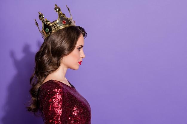 Profilfoto einer ernsten selbstbewussten dame mit goldener krone arrogant herrisch
