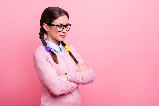Profilfoto einer hübschen studentin, die die hände gekreuzt hält, gute laune, selbstbewusste person, junge berufsbekleidung, hemd, pullover, spezifikationen, isoliert, pastellrosa farbhintergrund