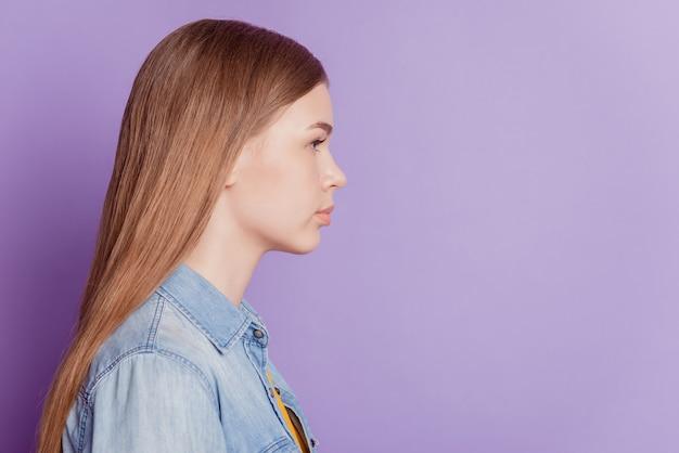 Profilfoto von ruhigem, intelligentem, charmantem mädchen sieht leer aus auf lila hintergrund