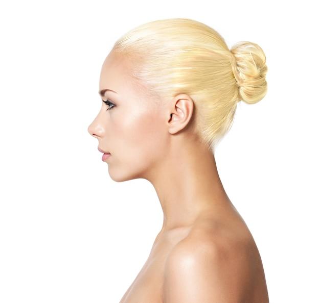Profilporträt der jungen blonden frau - isoliert