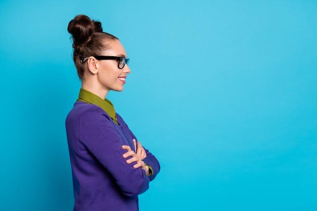 Profilseitenansicht porträt von ihr sie schön attraktive hübsche intelligente fröhliche mädchen freiberufliche bibliothekarin verschränkte arme isoliert heller, lebendiger glanz lebendiger blaugrüner türkisfarbener hintergrund