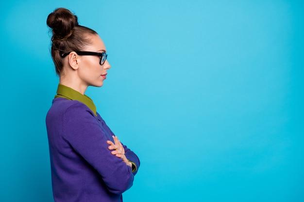 Profilseitenansicht porträt von ihr sie schön attraktive intelligente intelligente kluge ernsthafte mädchen geek bibliothekar verschränkte arme einzeln auf hell leuchtendem, lebendigem blaugrünem türkisfarbenem hintergrund