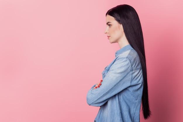 Profilseitenfoto der selbstbewussten gekreuzten hände der yong-frau sehen leer aus, isoliert über rosafarbenem hintergrund