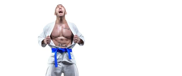 Profisportler in einem kimono schreit emotional. das konzept der karate- und judo-wettbewerbe. gemischte medien