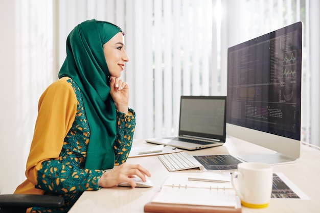 Programmierende muslimische frau