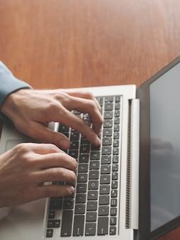 Programmierer bei der arbeit. erstellen von apps. mann-codierung auf dem laptop. softwareentwickler. it-bereich.
