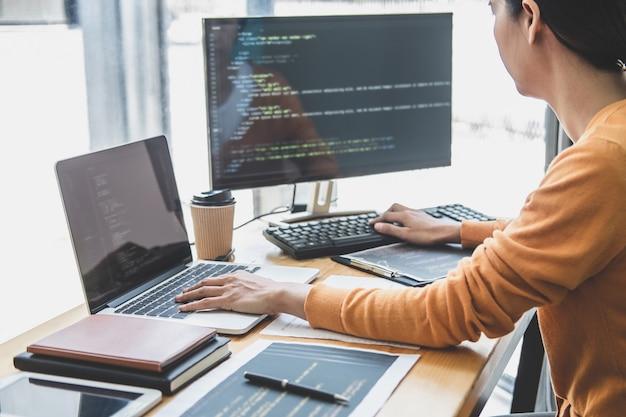 Programmierer, der an der entwicklung von programmierung und website arbeitet, der in einem softwareentwicklungsbüro arbeitet
