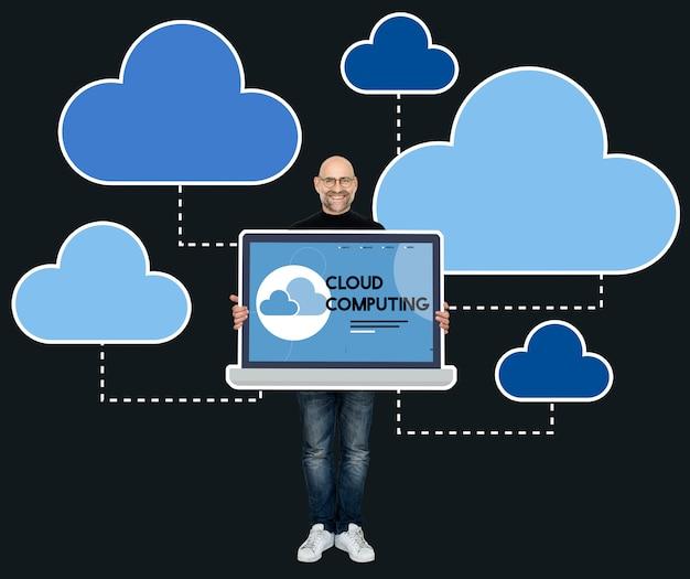 Programmierer, der einen laptop mit der wolkendatenverarbeitung hält