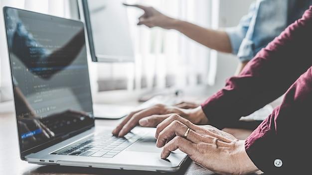 Programmierer, der in einer softwareentwicklung und coding-technologien arbeitet. website design. technologiekonzept.