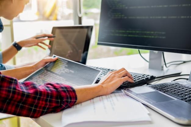 Programmierer, der in einer softwareentwicklung und in codierungstechnologien arbeitet.
