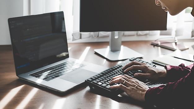 Programmierer, der in einer softwareentwicklungs- und codierungstechnologie arbeitet. website design. technologiekonzept.