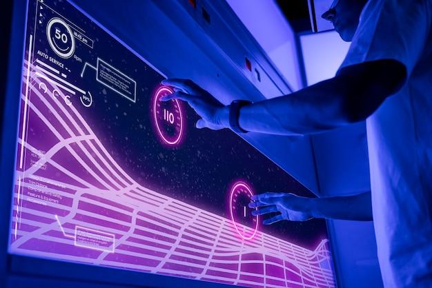 Programmierer, der software auf einem großen computerbildschirm entwickelt
