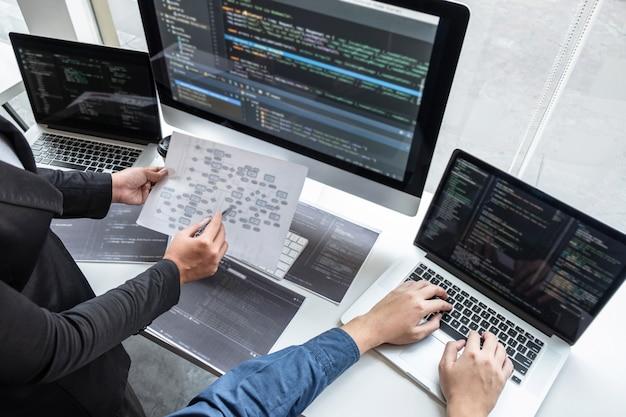 Programmierer, die an einem projekt in der softwareentwicklung arbeiten