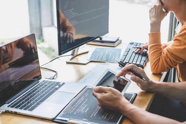Programmierer, die bei der entwicklung von programmen zusammenarbeiten, die in einem büro eines softwareentwicklungsunternehmens arbeiten