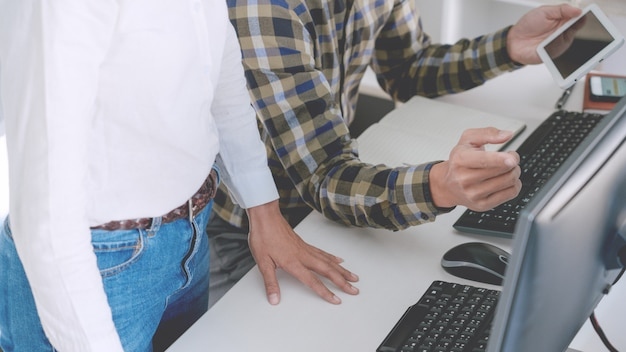 Programmierer, die codes auf ihren computern entwickeln