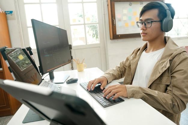 Programmierer und entwicklerteams codieren und entwickeln software