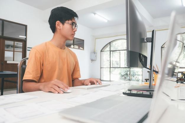 Programmierer und entwicklerteams codieren und entwickeln software.