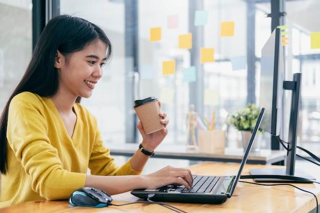 Programmierer und entwicklerteams programmieren und entwickeln software