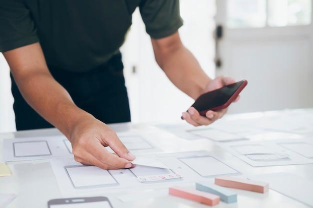 Programmierer und ux ui-designer arbeiten in einer softwareentwicklungs- und codierungstechnologie. mobile und website design und programmierung entwicklungstechnologie.
