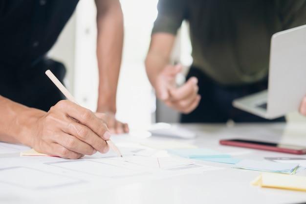 Programmierer und ux ui-designer arbeiten in einer softwareentwicklungs- und codierungstechnologie.