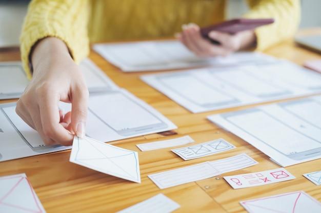 Programmierer und ux ui designer, der in einer softwareentwicklung und coding-technologien arbeitet. mobile und website-design und programmierentwicklungstechnologie.