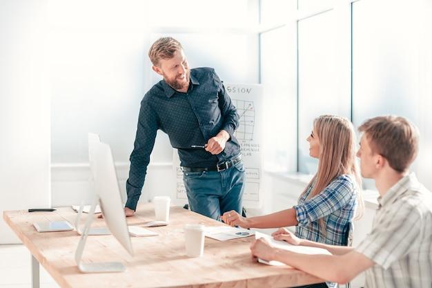 Projektmanager bei einem arbeitstreffen mit dem geschäftsteam. das konzept der teamarbeit