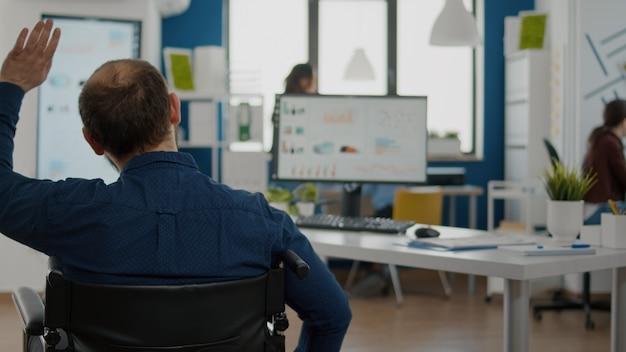 Projektmanager für paralysierte unabhängigkeit, der in ein start-up-geschäftsbüro einsteigt
