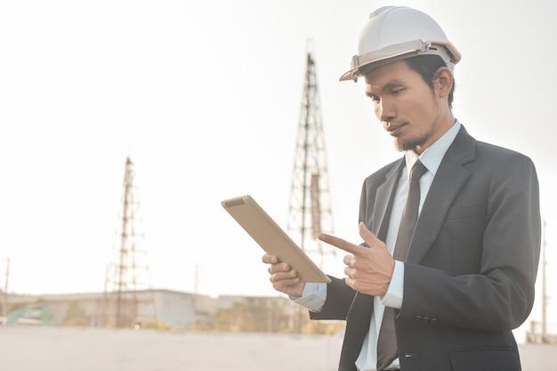 Projektmanager mit bauprojekt für die inspektion von tabletten