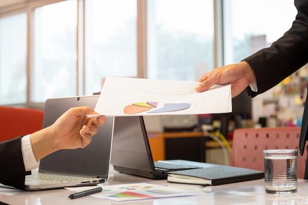 Projektmanager-teamwork-geschäftsgespräch mit startinvestitionen im büro.