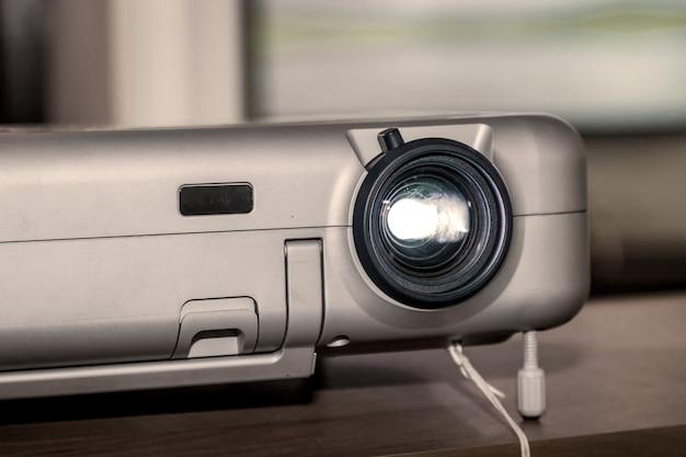 Projektor auf bürotisch