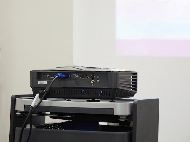 Projektor auf einem schwarzen tisch bereit zur präsentation.