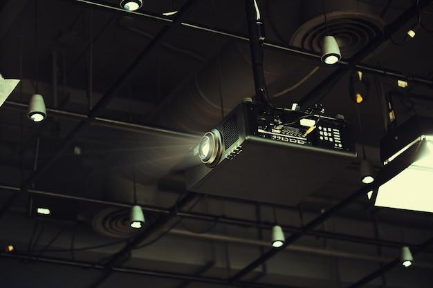 Projektor im büroraum bereit zur darstellung