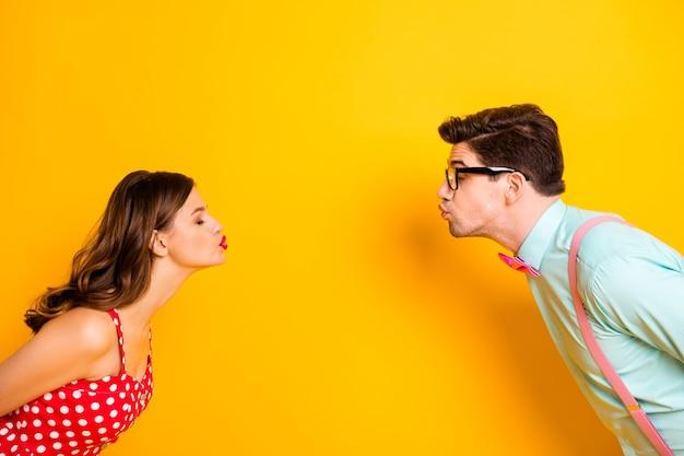 Prom party paar schüchtern küssen augen geschlossen