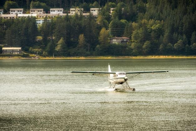 Prop-flugzeug oder wasserflugzeug, das von einem see startet