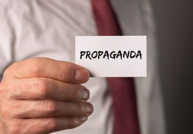 Propagandawort auf papiermanipulation und gehirnwäschekampagne nach medienkonzept