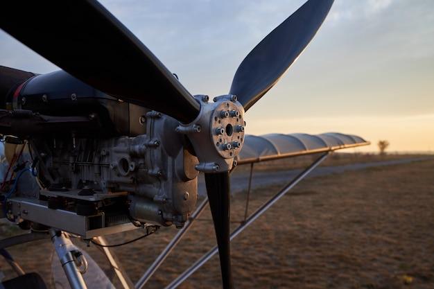 Propeller und verbrennungsmotor eines ultraleichtflugzeugs, nahaufnahme