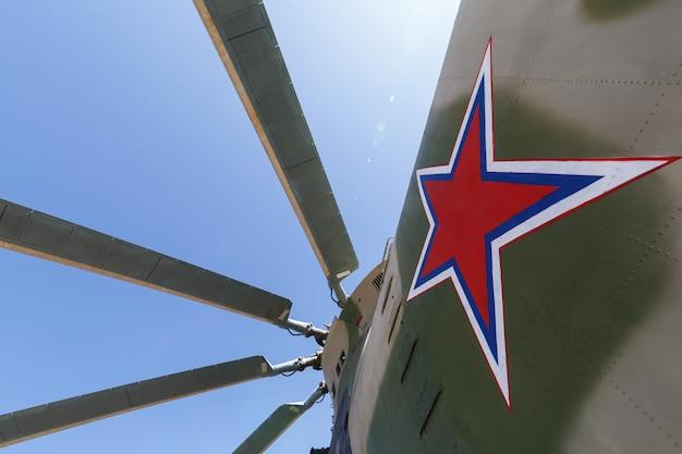 Propellerblätter eines militärhubschraubers des schwertransports und zeichen in form eines sternes auf dem rumpf