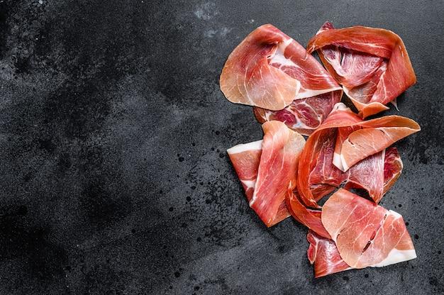 Prosciutto crudo, italienische salami, parmaschinken. antipasti-platte., draufsicht.