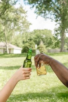 Prost mit bier bei einer sommerparty im park
