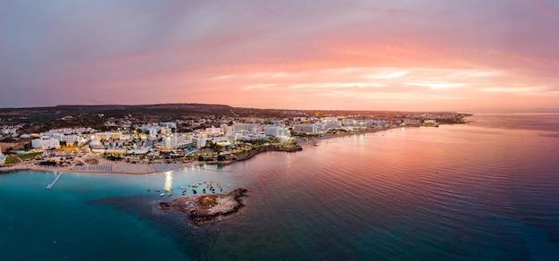 Protaras stadt am sonnenuntergang in zypern