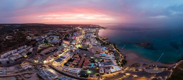Protaras stadt in zypern am sonnenuntergang