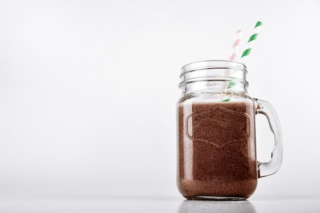 Protein shake smoothie mit schokolade und kakao in einem glas