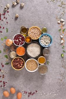 Proteinquellen in einer vegetarischen ernährung – getreide, getreide, bohnen,