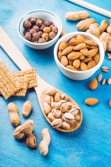 Proteinstange gemacht mit trockenfrüchten auf blauem beschaffenheitshintergrund